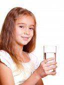 Bellezas con un vaso de agua clara - sobre fondo blanco