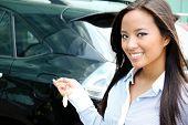 jungen attraktiven asiatischen geschäftsfrau schließt die Tür ihres Autos