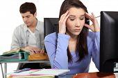 Estudiante con un dolor de cabeza en una computadora