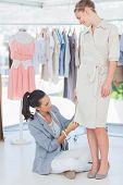 Mode-Designer Kleid auf einem Modell anpassen
