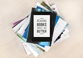 foto of screen  - Reading books makes you better  - JPG