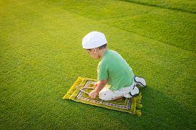 image of muslim  - Muslim little kid praying - JPG