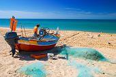 Fischer am Strand von Armaçà £ o de pêra, Algarve, portugal