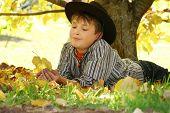 Niño con hojas de otoño