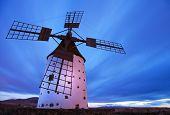 Fuerteventura, molino de viento cerca de El Cotillo, luz de noche
