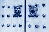 Aldaba de metal en la puerta de la ciudad prohibida en Beijing, China, cuadro azul