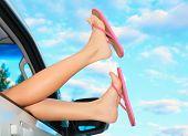 Постер, плакат: Женские ножки в розовые сандалии из из автомобиля Летние путешествия концепция