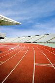Pistas para correr en un estadio vacío