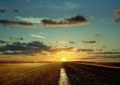 Caminho pela frente e o nascer do sol