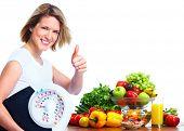 Mujer joven con escalas y verduras. Dieta y fitness. Fondo blanco aislado ver