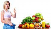 Mujer joven con frutas y verduras. Dieta y fitness. Fondo blanco aislado ver