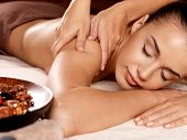 Frau, die Massage In der Spa-Salon