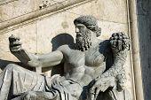 Estátua com o Corno da abundância, na Piazza Del Campidoglio em Roma