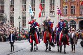 Brügge, Belgien - Mai 17: Jährliche Prozession des Heiligen Blutes an Christi Himmelfahrt. Führen Sie die einheimischen ein Hallo
