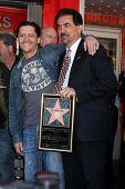 LOS ANGELES - 29 de abril: Clifton Collins Jr, Joe Mantegna freqüentando o Hollywood Walk de fama Star Ce