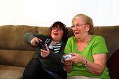 Enkelin und Großmutter spielen Videospiel