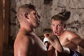 Постер, плакат: Молодые удар боксер в действии