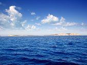 Ilhas de Ibiza Conillera e Bosque em um dia azul Mediterrâneo