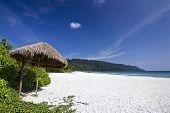 Strand mit weißem Sand & blauen Himmel