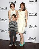 LOS ANGELES - 10 de JAN: Katilyn Dever, Flynn Morrison, Amanda Fuller atende o ABC TCA inverno 2013