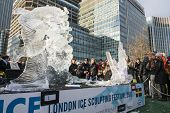 Londres, Reino Unido - 13 de janeiro: Esculturas de modalidade freestyle da equipe sueca no escultor de gelo de Londres