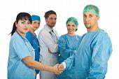 Frau Arzt und Chirurg Mann Handshake