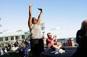 NEW YORK - Juli 1: Ein Lüfter Gesten aufgeregt als Blues-Sänger, die John Hammond im Wagner-Park durchführt