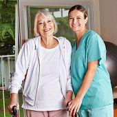 Happy senior Woman mit Walker und Krankenschwester in einer Physiotherapie