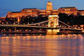 Ponte da cadeia e a vista do Castelo de Buda