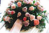 Flores rosa simpatía en un ataúd blanco