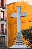 Cruz en la Plaza De Puerta Cerrada en Madrid