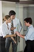 Постер, плакат: Три офисных работников в дверь зала заседаний Совета директоров