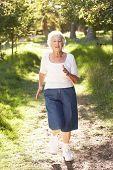 Senior Woman Joggen im Park