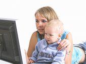 Mutter mit kleinen Jungen schauen auf laptop