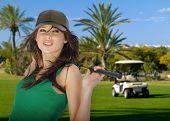 jovem mulher sexy golfe no curso