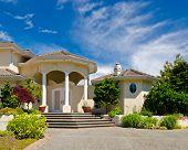 Uma boa entrada de uma casa de luxo sobre o céu azul e a paisagem ao ar livre