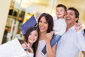 Familie gaan winkelen en kijken erg blij