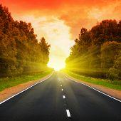 Постер, плакат: Пустая дорога на закате
