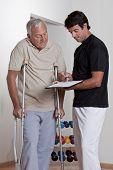 Paciente de muletas discute seu progresso.