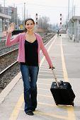 Frau winkt Bahnhof
