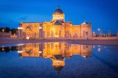 picture of throne  - First goverment working place  - JPG