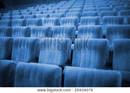 Постер, плакат: Пустые стулья в кино или театр Голубой тон, холст на подрамнике