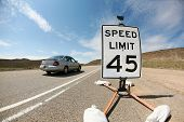 Постер, плакат: в 45 км в час скорость предел подписать на шоссе в пустыне выстрел с fisheye объектив для веселого d