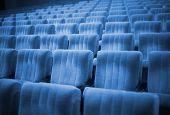 Постер, плакат: Пустые стулья в кино или театр Голубой тон