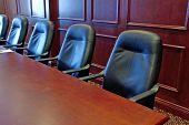 Chefe escritório sala de reuniões com cadeiras de couro