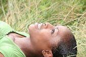 Mujer tendida en la hierba
