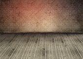 Wallpaper anticuado en una habitación vacía con tableros de madera en el piso
