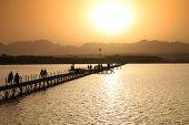 Puesta de sol sobre el Sinaí montañas Sharm el Sheikh - Egipto
