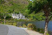 Постер, плакат: Kylemore аббатство в Коннемара горы Ирландия