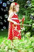 Постер, плакат: Изображение милая маленькая девочка с пузыри